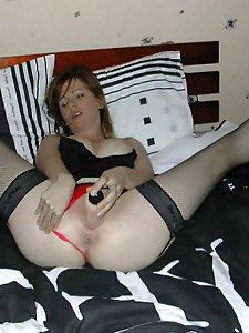 Good-looking mature slut playing with her holes