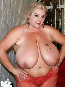 Tattooed older cougars showing their hot body on pics